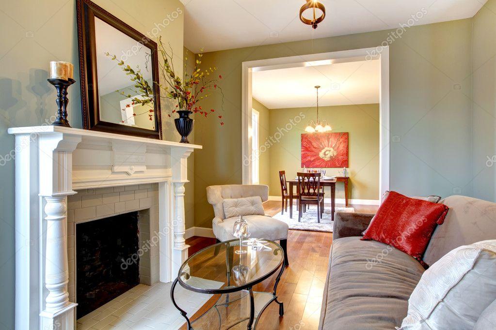 Verde elegante soggiorno con caminetto e divano marrone for Verde soggiorno