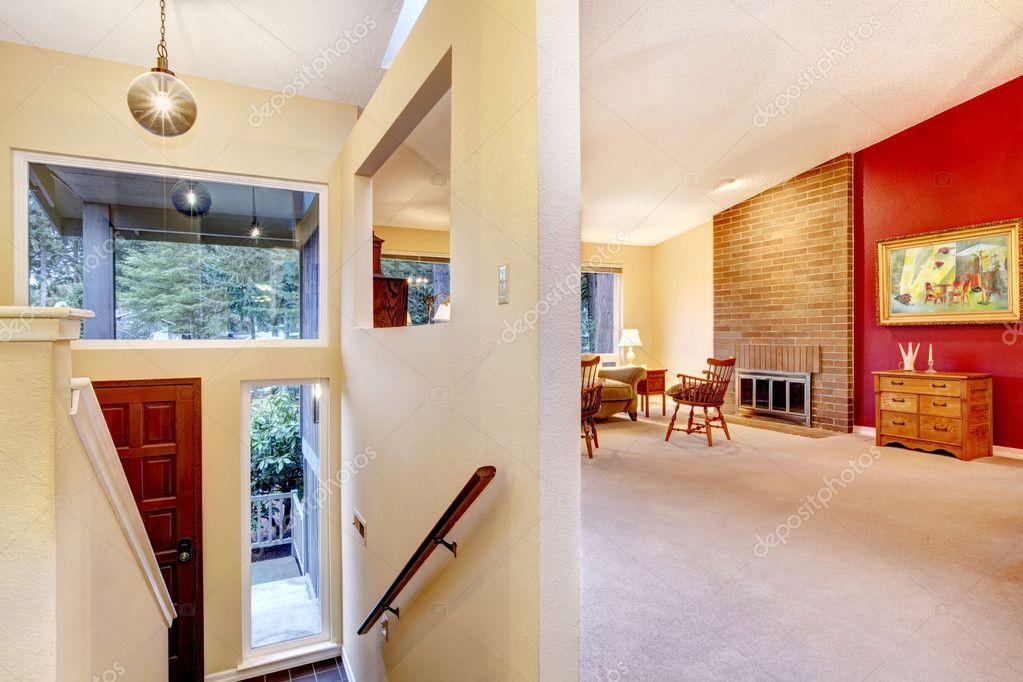Wohnzimmer mit Rote Wand und Eingang. — Stockfoto ...