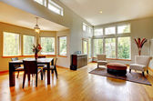 Fotografia dinng grande sala e soggiorno in una casa moderna con molte finestre