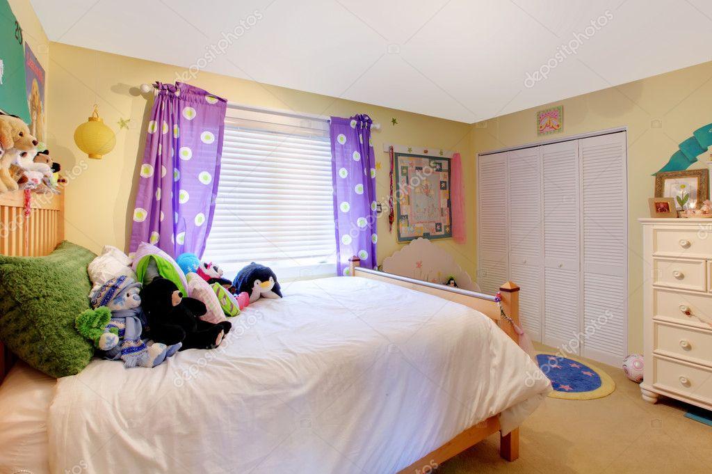 Babyzimmer Madchen Mit Spielzeug Und Lila Vorhange Stockfoto
