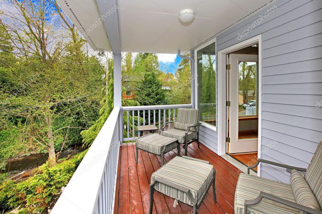 balcón con muebles de exterior y vista del bosque y el río — Foto de ...