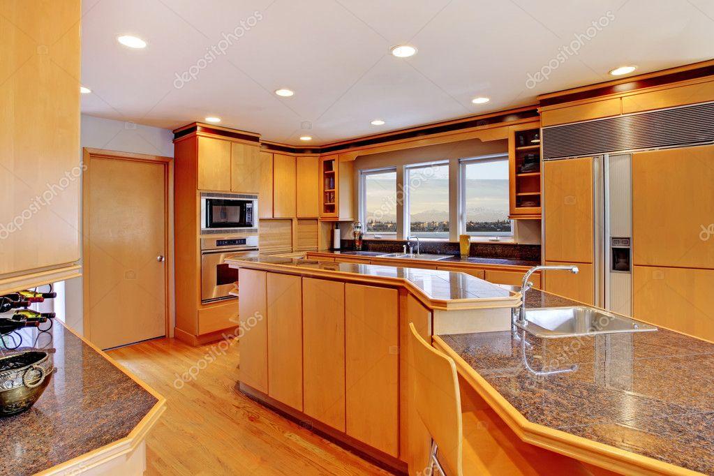 cocina moderna de madera amplio y lujoso, con encimeras de granito ...