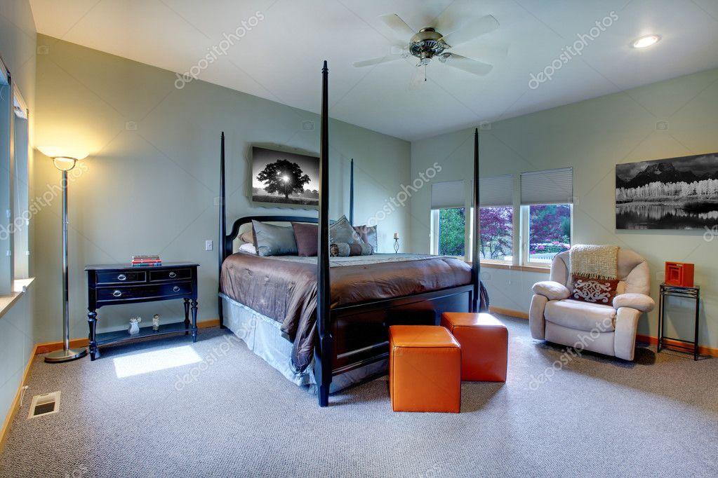 gro e helle moderne schlafzimmer innenarchitektur mit post bett stockfoto iriana88w 9290047. Black Bedroom Furniture Sets. Home Design Ideas