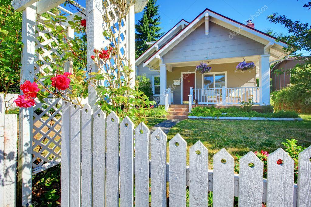 Schattig Zweeds Huisje : Oude schattig grijs huis buitenkant achter witte hek u stockfoto