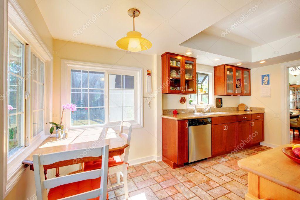 Affascinante cucina in legno ciliegio con pavimento di piastrelle
