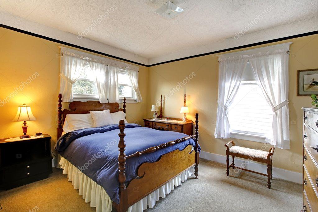 Elegante inglese vecchio stile camera da letto giallo e blu ...