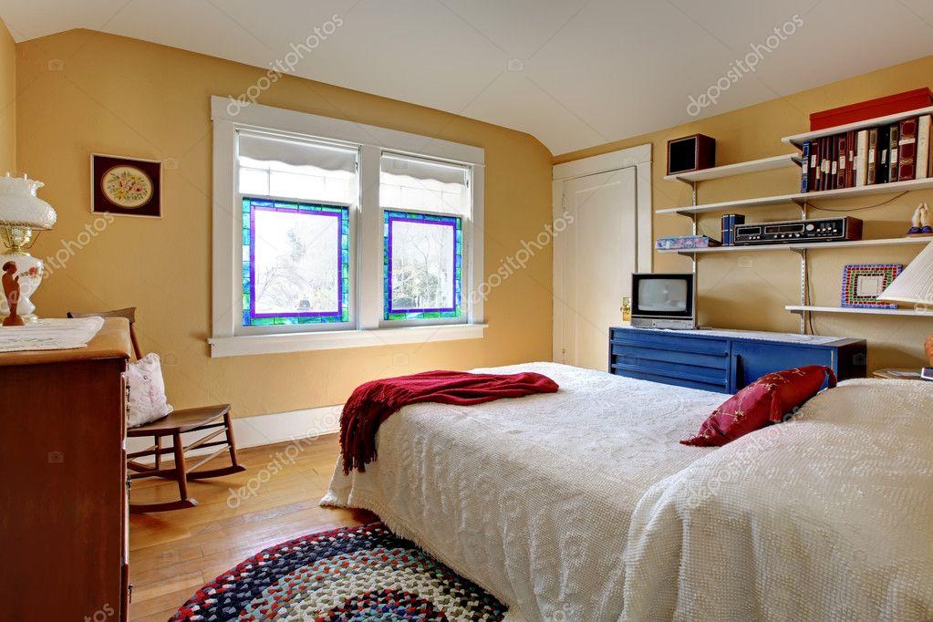 Oude engelse stijl slaapkamer met witte bed u stockfoto