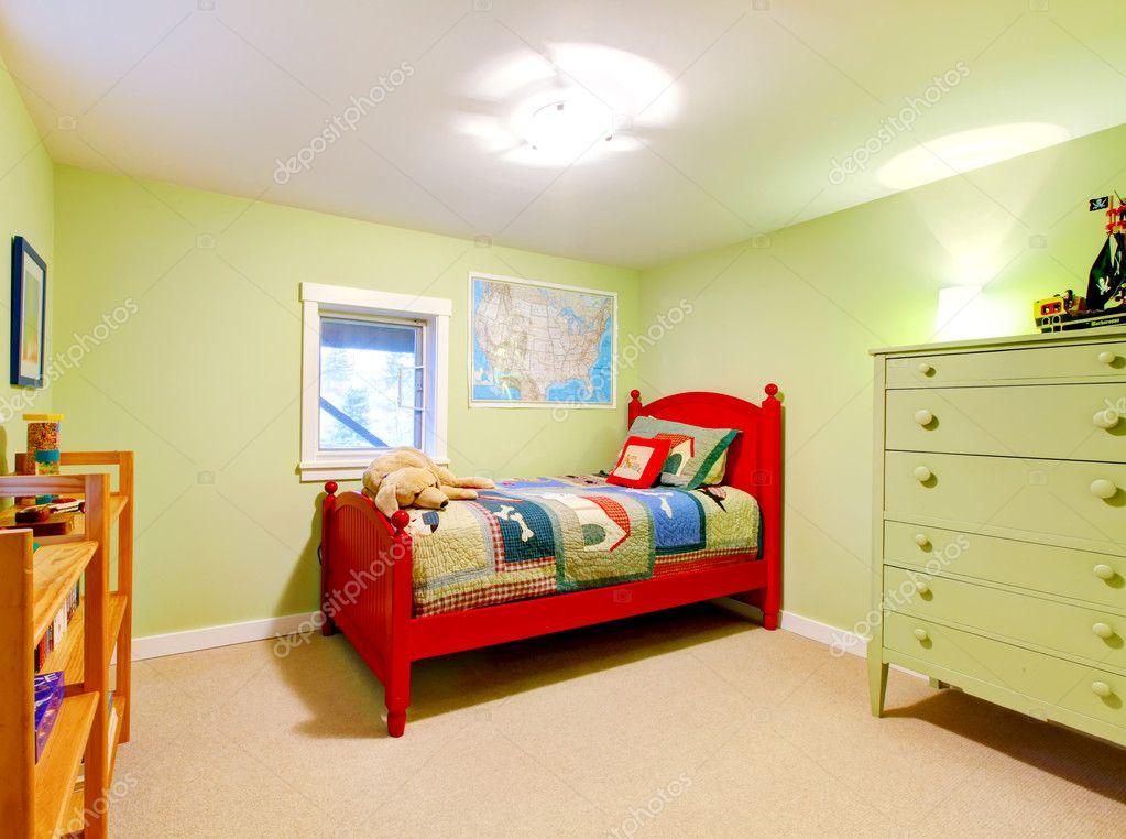 groene jongens kinderen slaapkamer met rode bed stockfoto