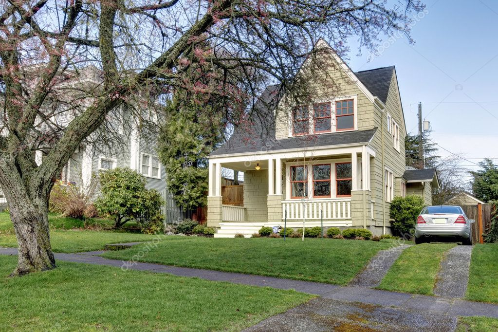 Facciata esterna della piccola casa verde con auto foto stock iriana88w 9583979 - Facciata esterna casa ...