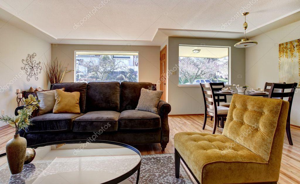 Wohnzimmer mit Sofa braun und gelb Stuhl — Stockfoto © iriana88w ...