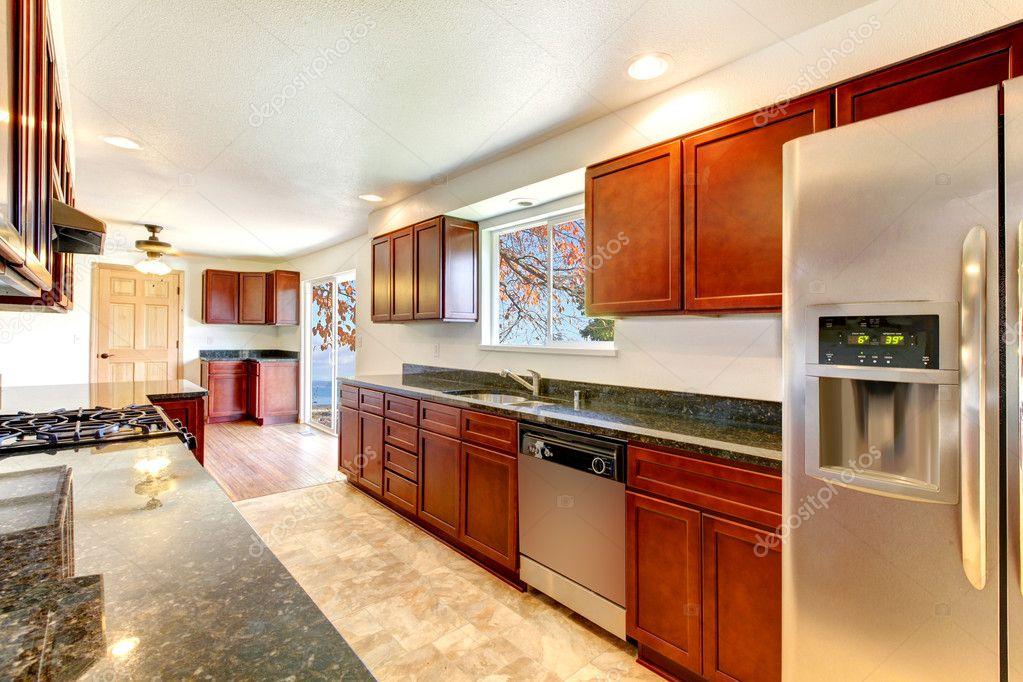 große helle Küche mit dunkler Kirsche Schränke — Stockfoto ...