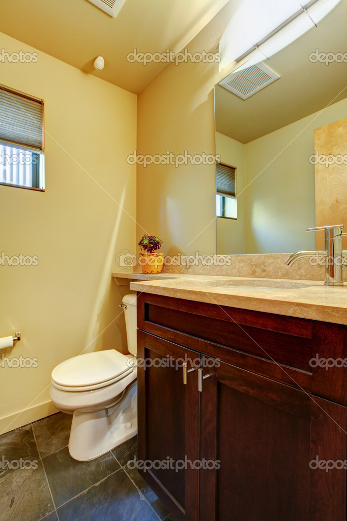 petite salle de bain jaune avec du bois — Photographie iriana88w ...