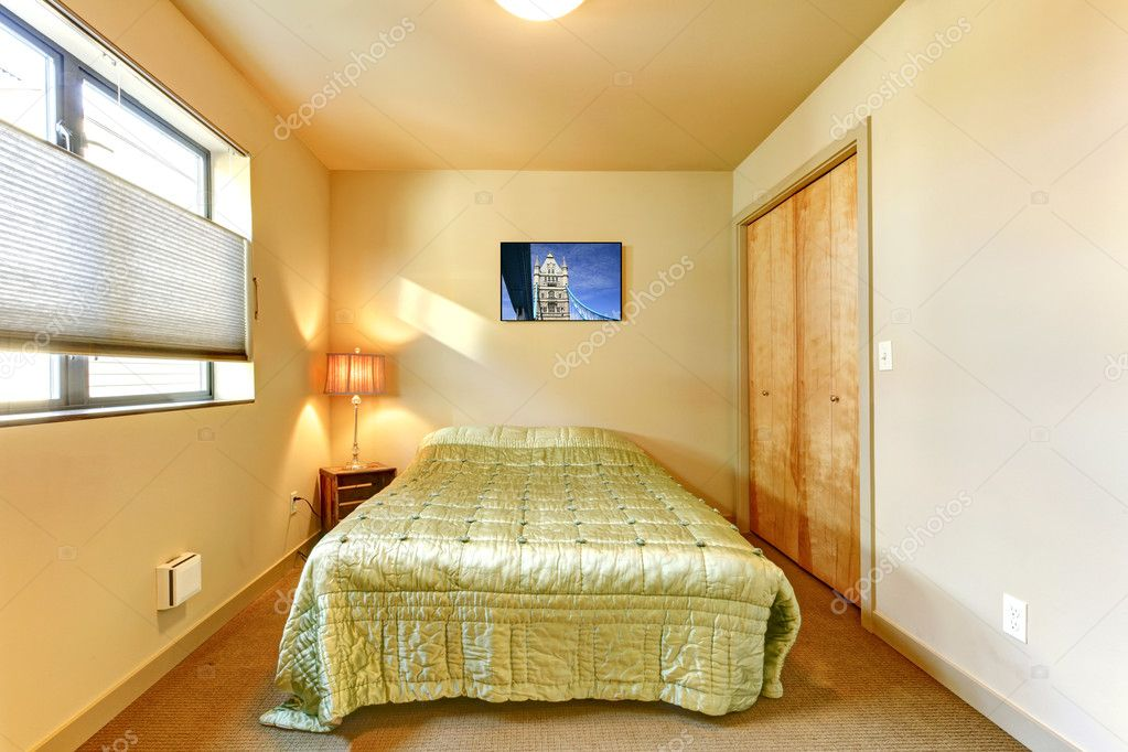 Intérieur de chambre petite chambre jaune. — Photographie ...