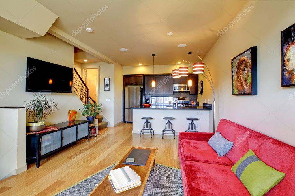 Gelb, Großes Wohnzimmer Mit Roten Sofas Und Braun Küche U2014 Foto Von Iriana88w