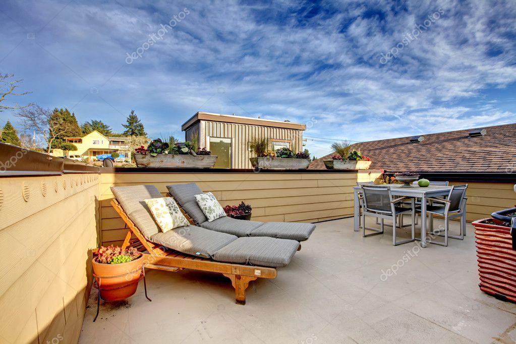 esterno di condominio tetto terrazza superiore — Foto Stock ...