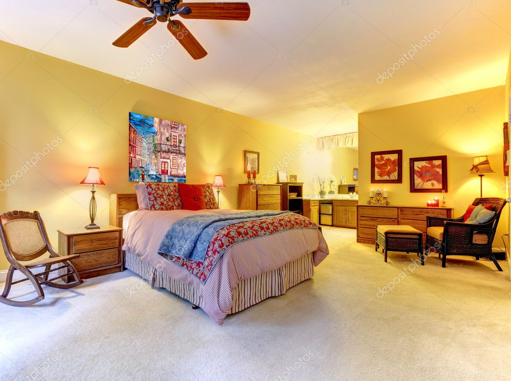 intérieur de la grande chambre jaune avec lit rouge — Photographie ...