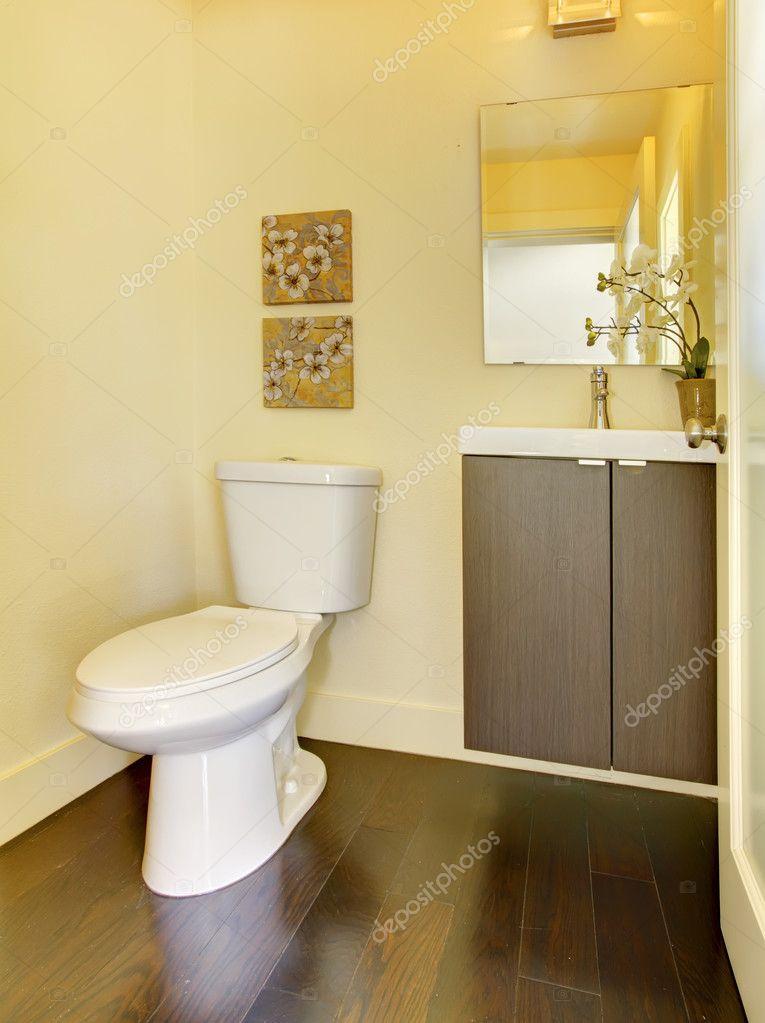 kleine eenvoudige gele moern badkamer — Stockfoto © iriana88w #9981138