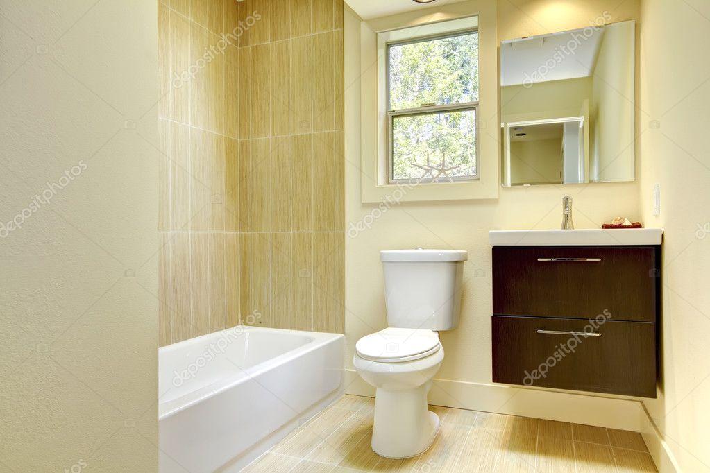 Bagno Marrone Moderno : Nuovo bagno moderno giallo con piastrelle beige u foto stock