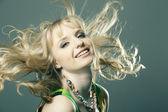 portrét krásné dívky s dokonalou pleť, blond kudrnaté vlasy