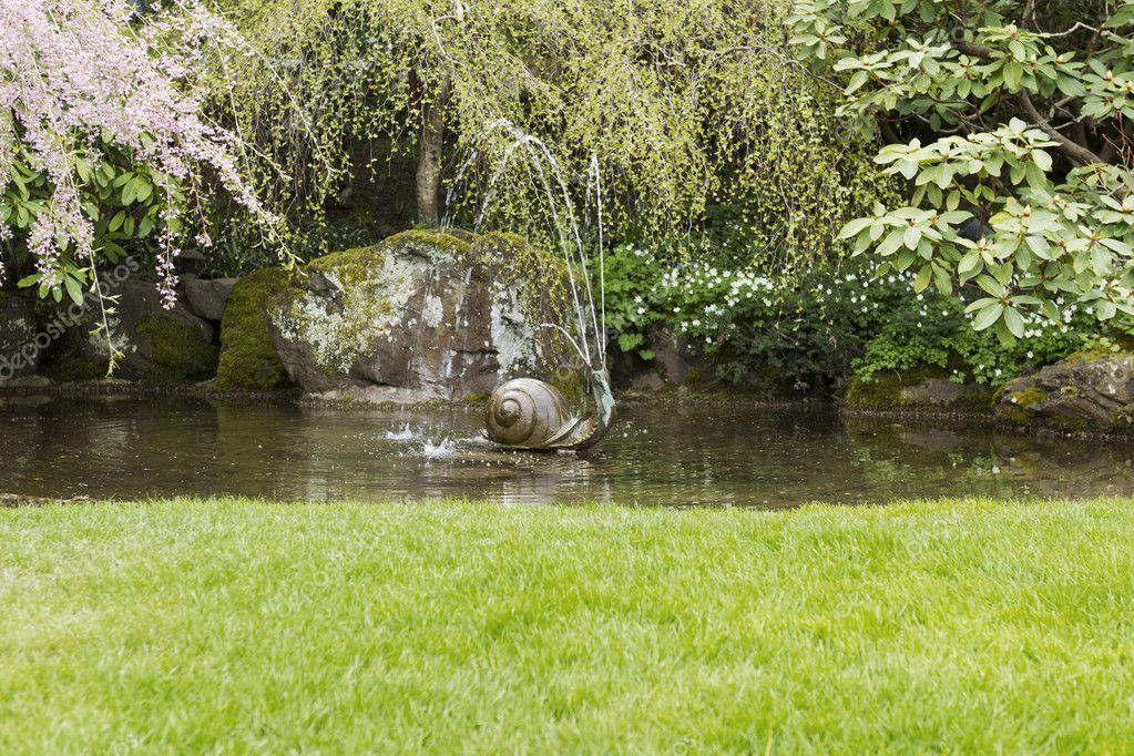 Fontana di acqua nel laghetto da giardino foto stock - Piccoli laghetti da giardino ...