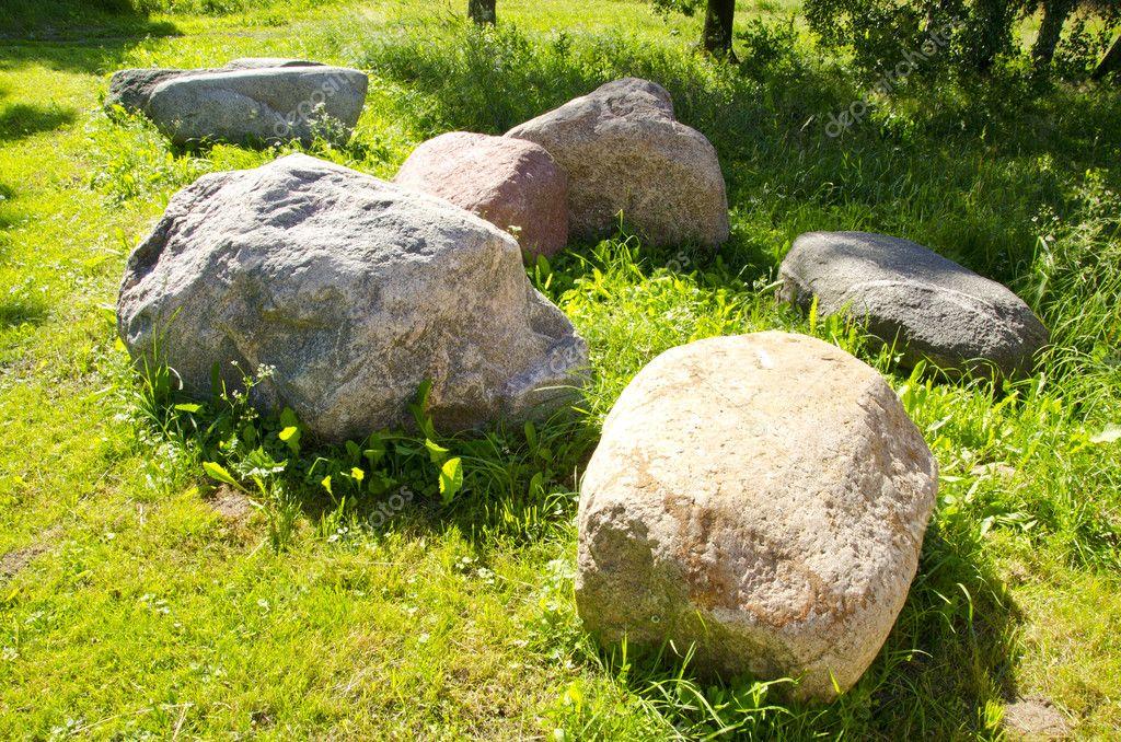 Grosse Steine Garten Grune Wiese Landliche Landschaft Stockfoto