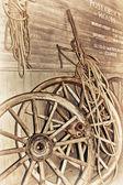 Fotografia una vecchia ruota di carro