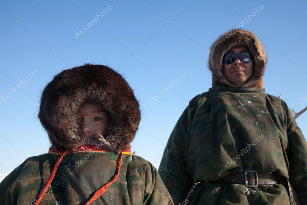 ネネツ族 - 父と息子 - トナカイ遊牧民。はるか北、ロシア — [著者]の写真 stetsko