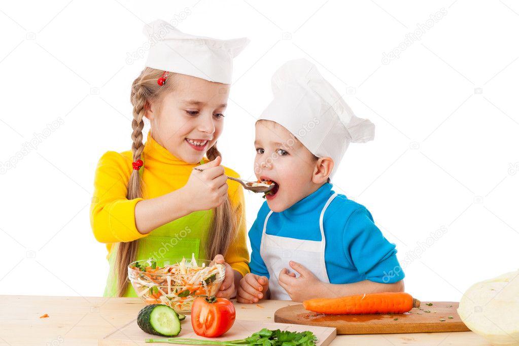 Dos Niños Comiendo Ensalada
