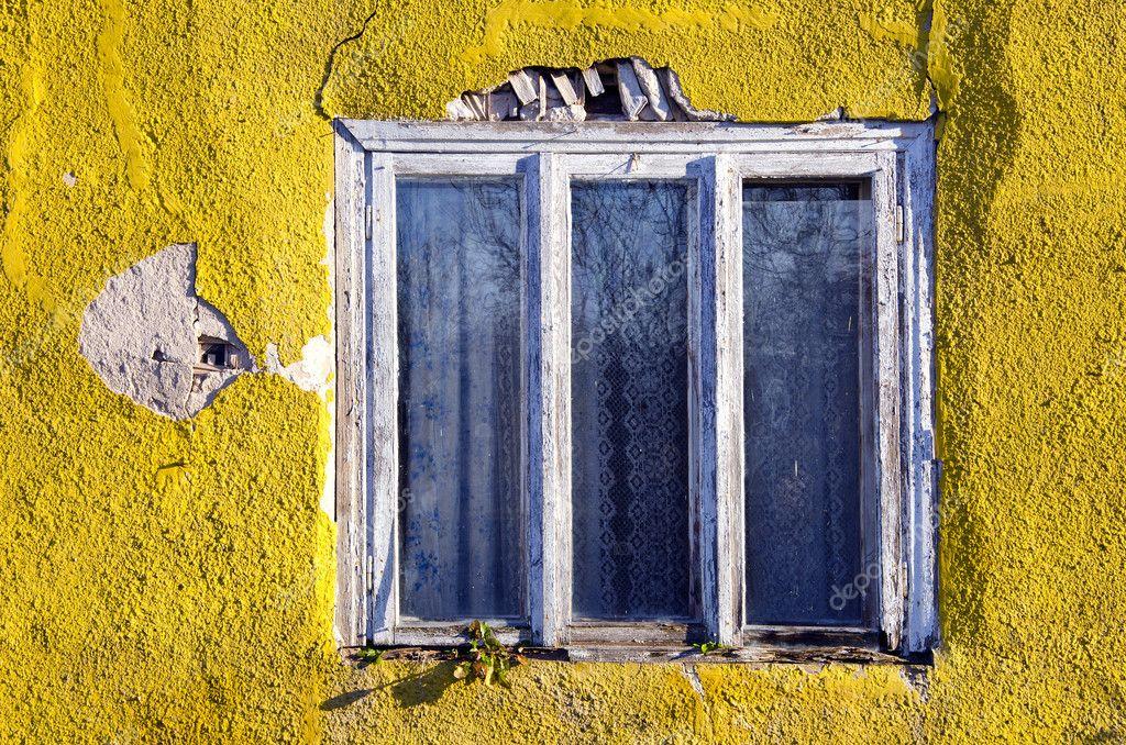 pared de la casa agrietada y viejo marco de la ventana — Foto de ...
