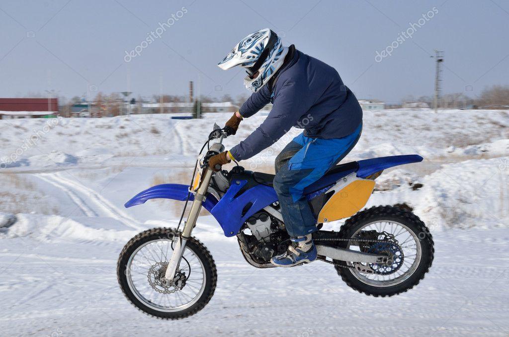 Motocross Pilota Motociclistico Vola Sopra La Collina Fuori Dalla