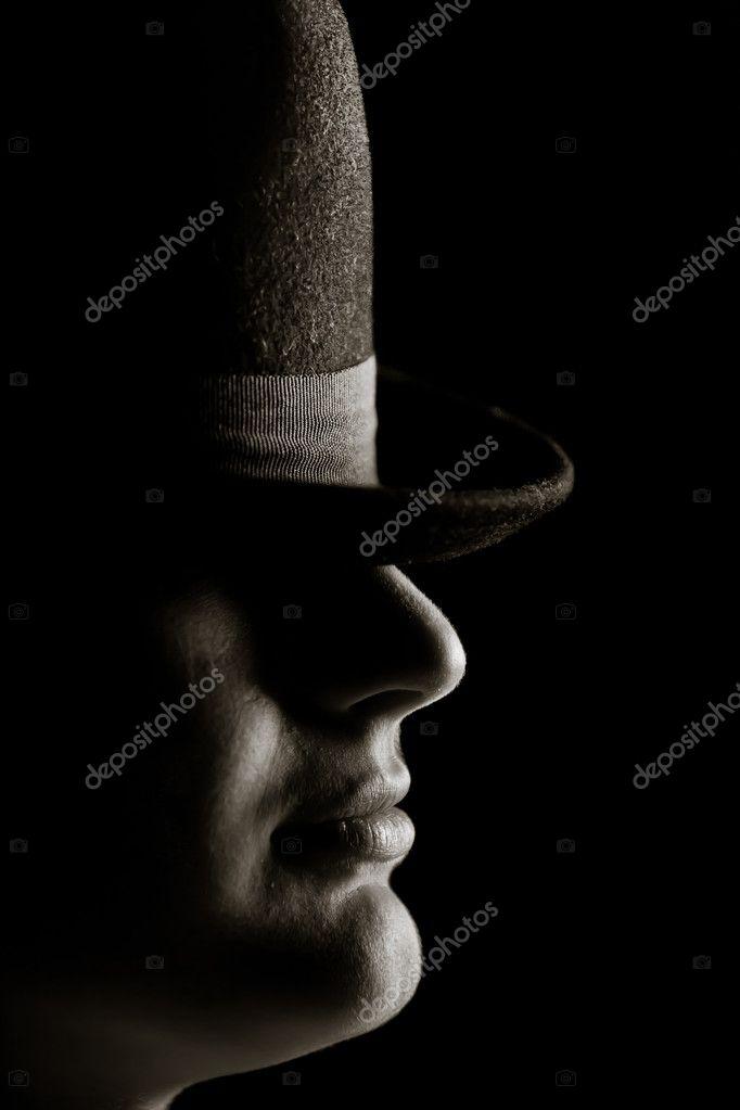 El hombre del sombrero. sobre un fondo negro — Foto de TpaBMa2 731ecd5fdcf