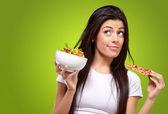 Pizza vagy ellen egy zöld saláta, fiatal nő portréja