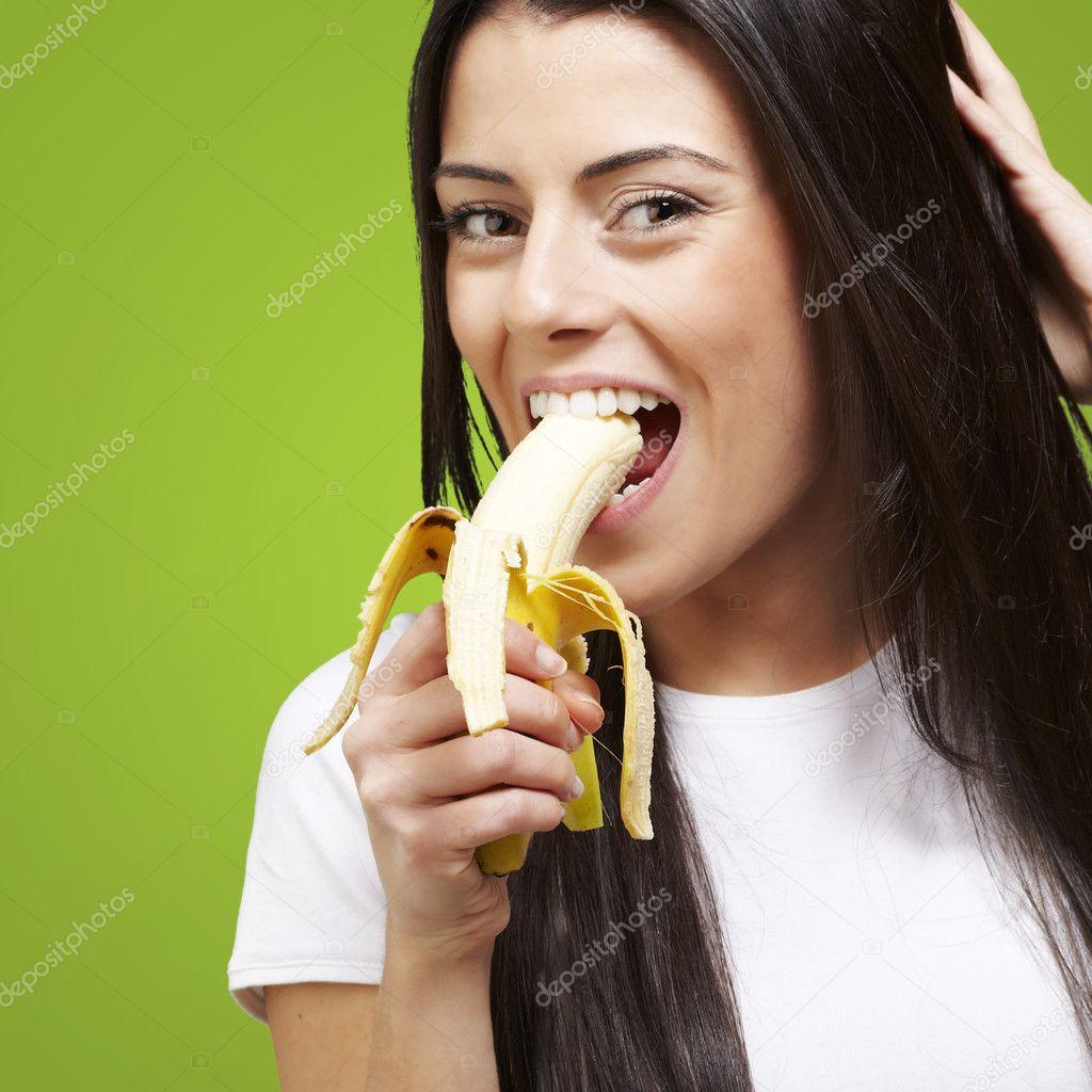 femme qui mange une banane photographie coolfonk 10181667. Black Bedroom Furniture Sets. Home Design Ideas