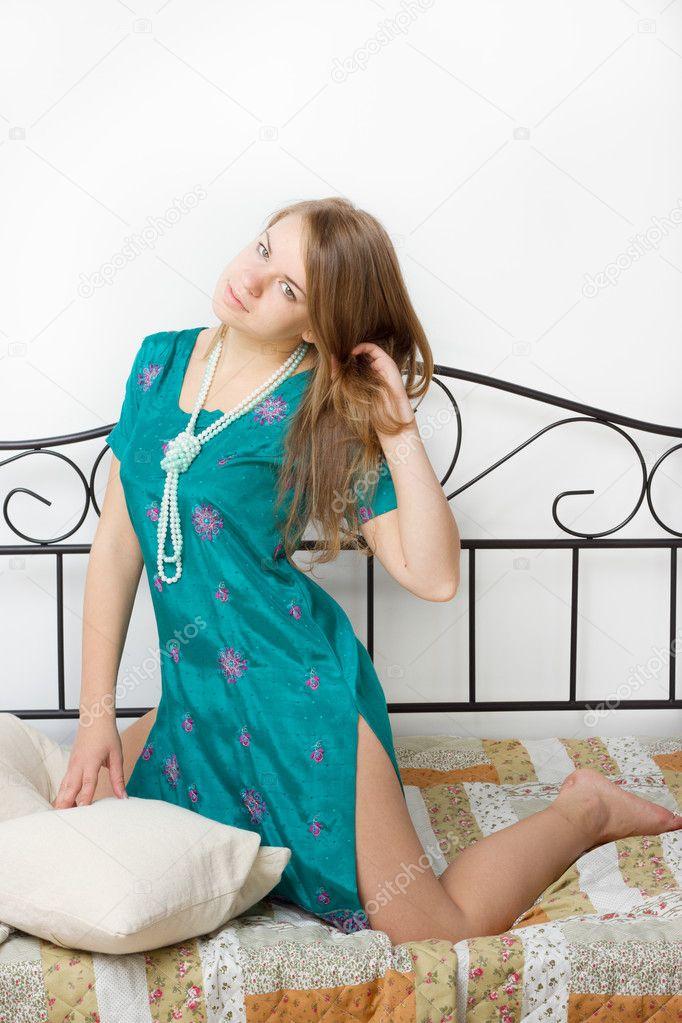Фото девушки на рельсах в колготках и платье — 4