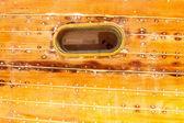 Fotografia oblò ovale barca a scafo in legno