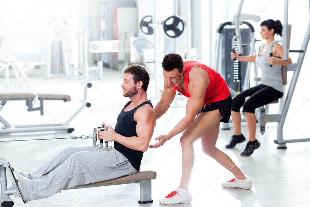 Гимнастка Красиво Расслабилась С Тренером В Спортивном Зале