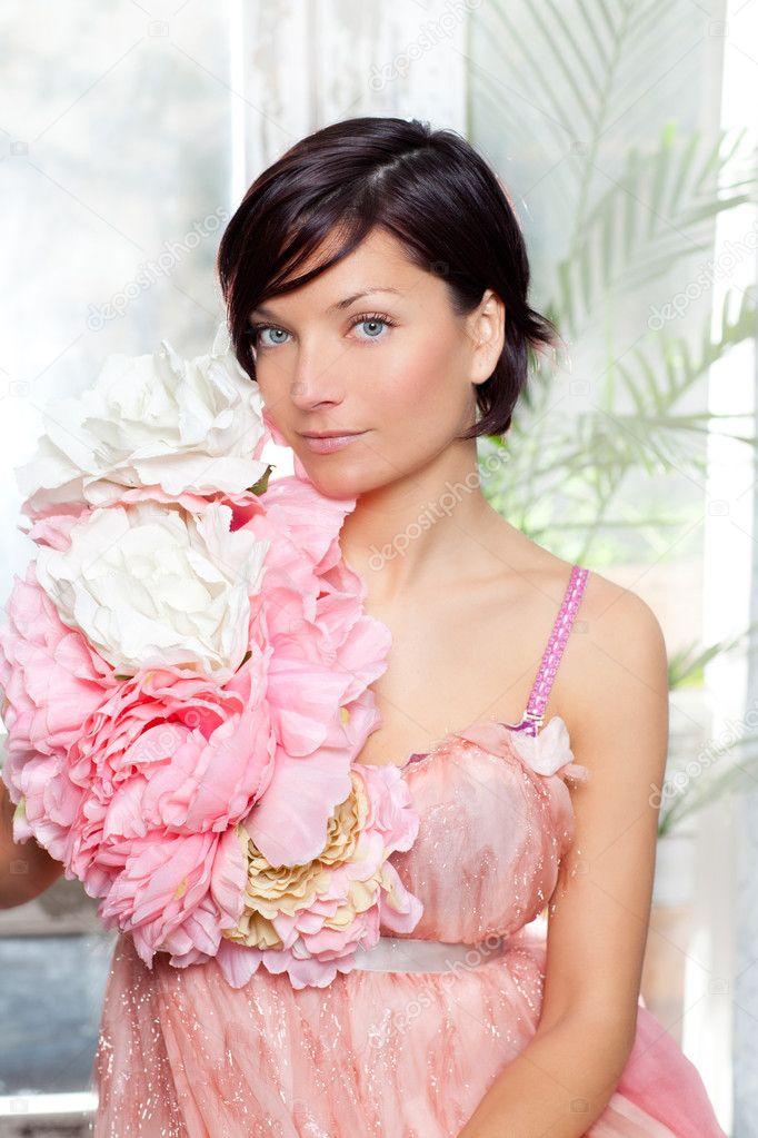mujer de hermosas flores con vestido de Primavera rosa — Fotos de ...
