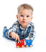 Nette kleine Junge spielen Züge