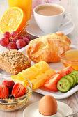 Snídaně s kávou, rohlíky, vejce, pomerančová šťáva, müsli a chee