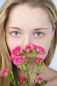 Krásná dívka s květinou