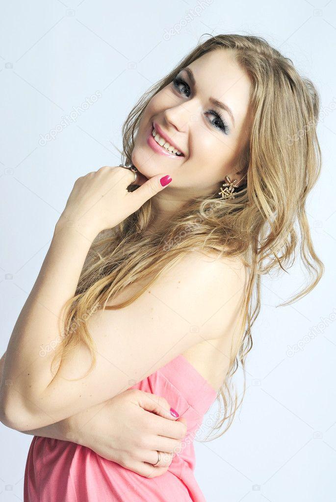 Hermosa Chica En Vestido De La Mujer Campesina Rosa Largo