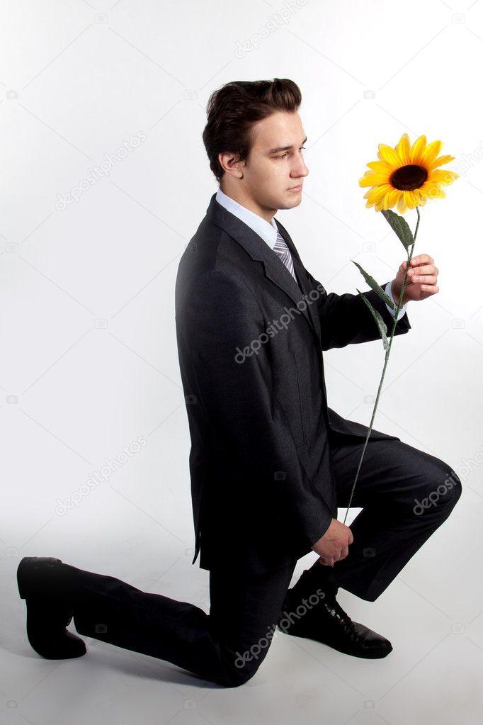 Картинки мужчина с цветами в руках на коленях, праздником