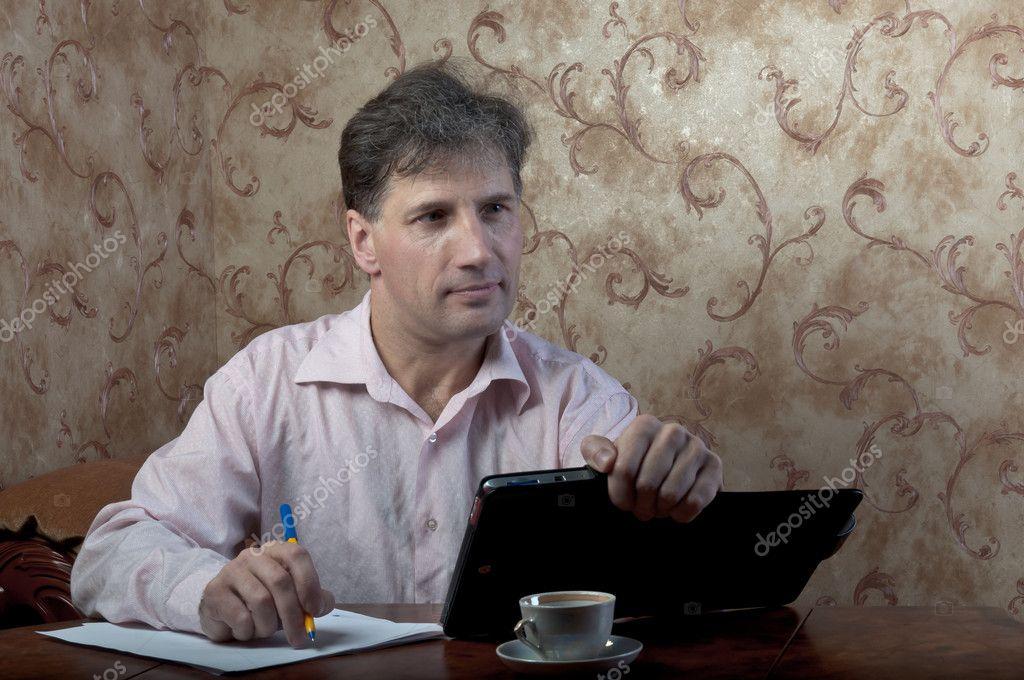 Great Porträt Von Betagten Menschen Arbeiten In Seinem Haus An Seinem  Schreibtisch Auf Einem Hintergrund Von Roten Wallpaper U2014 Foto Von Korvin79
