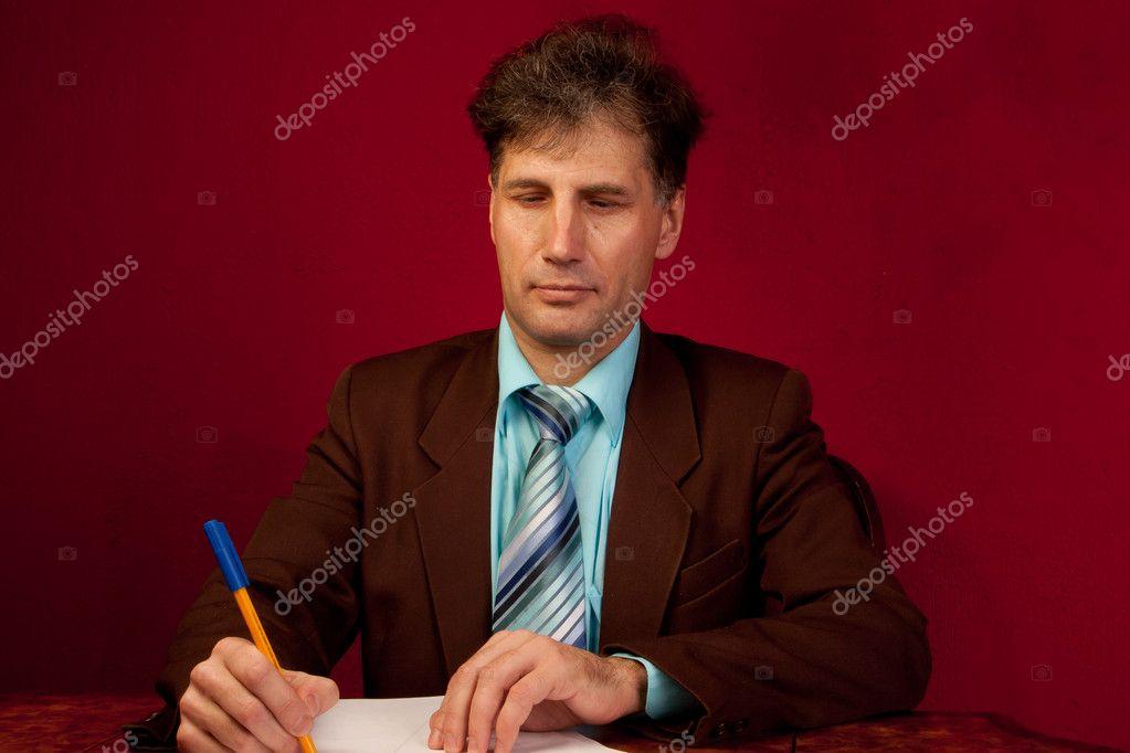 Porträt Von Betagten Menschen Arbeiten In Seinem Haus An Seinem  Schreibtisch Auf Einem Hintergrund Von Roten Wallpaper U2014 Foto Von Korvin79