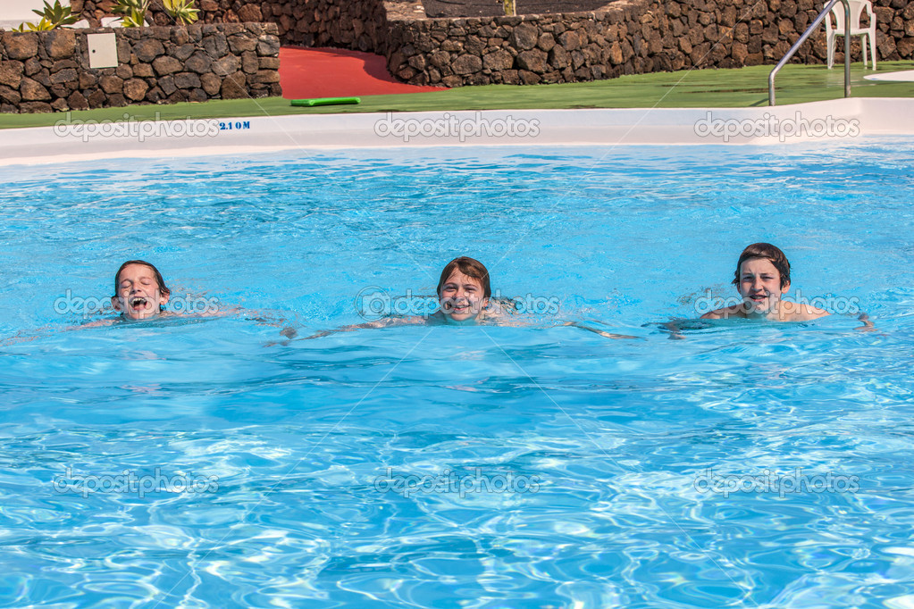 Tres ni os nadando en la piscina fotos de stock for Fotos en la piscina