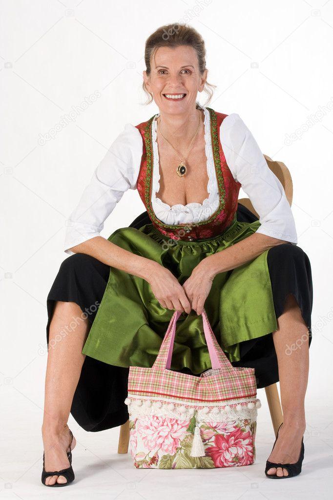 3b33f3972f Bajor ruha ruha, modern táska idős asszony ül a székem nevet — Fotó  szerzőtől ...