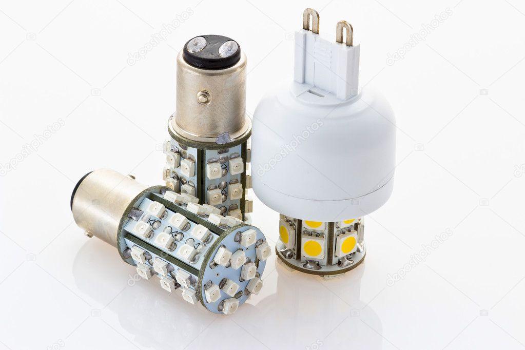 zwei 12v led-Lampen mit einem Bajonett und eine 230v led-Birne mit ...