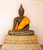 Černý sedící socha Buddhy