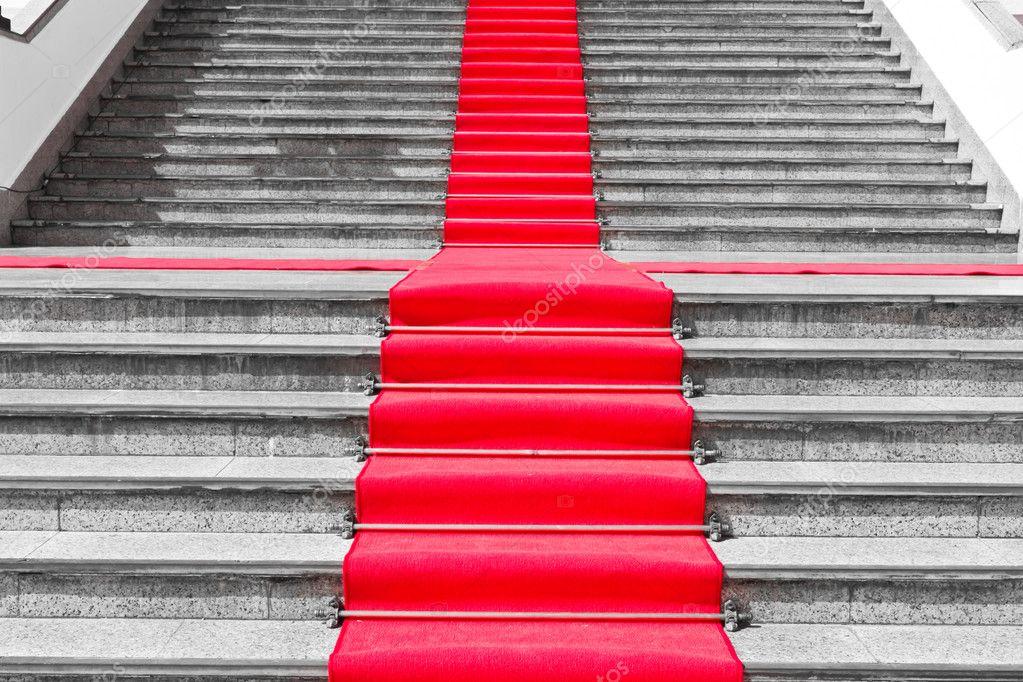 Chemin De Tapis Rouge Sur L Escalier Noir Et Blanc