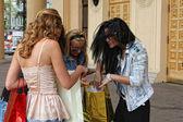 vier Mädchen mit lebendigen Einkaufstaschen